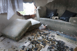 Munitionshülsen und eine durchbrochene Wand, die als Schiesstand gedient hat während der Kämpfe. So haben die Einwohner von Sur ihre Wohnung bei der Rückkehr vorgefunden.