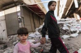 Zwei Mädchen vor den Barrikaden der Altstadt in Sur/Diyarbakir. Junge PKK-Sympathisanten errichteten die Strassensperren, um das Eindringen von Sicherheitskräften in die Altstadt zu verhindern. Ein Grund für Ausgangssperren und monatelange Kämpfe.